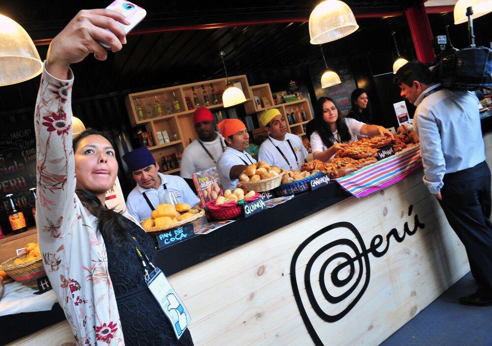 Žena dělá selfie s peruánskými kuchaři na mezinárodním summitu APEC v Peru