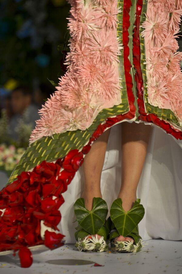 Přehlídka oblečení z květin a lístečků - Sputnik Česká republika