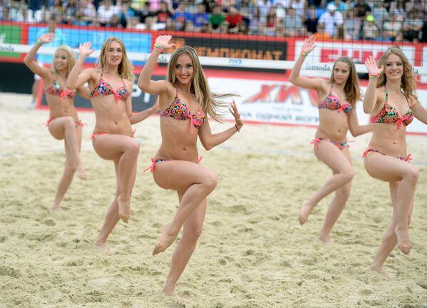Roztleskávačky vystupují v etapě grandslamu v plážovém volejbalu v Moskvě - Sputnik Česká republika