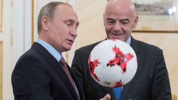 Prezident FIFA věnoval Putinovi míč Krasava - Sputnik Česká republika