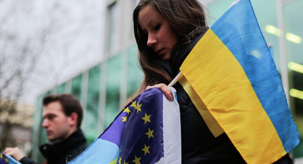 Demonstranti s vlajkami Ukrajiny a EU