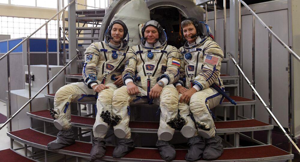 Kosmonaut Roskosmosu Oleg Novickij, astronaut NASA Peggy Whitson a astronaut EKA Thomas Pesquet