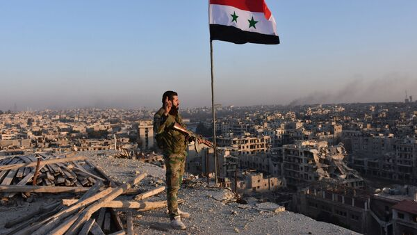Syrský voják na pozadí Aleppa - Sputnik Česká republika