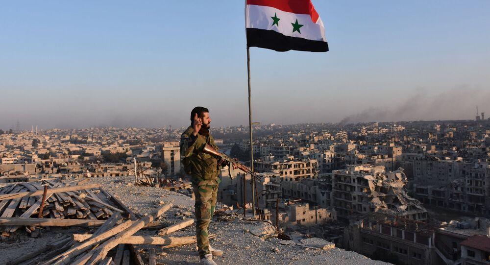 Syrský voják na pozadí Aleppa