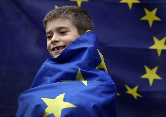 Britský chlapec na pozadí vlajky EU
