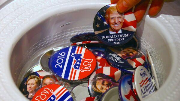Odznaky se jmény Donalda Trumpa a Hillary Clintonové - Sputnik Česká republika