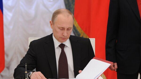Vladimir Putin podepisuje nařízení - Sputnik Česká republika
