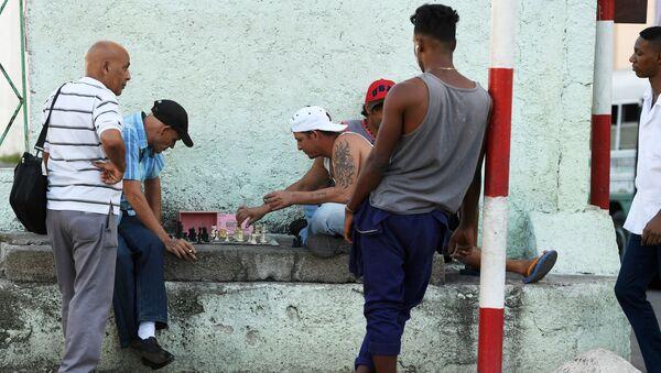 Muži hrají šachy v historické části Havany - Sputnik Česká republika