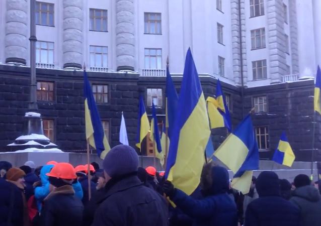 U budovy vlády Ukrajiny protestují pracující. Požadují práci