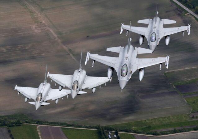 Italské stíhačky Eurofighter Typhoon a norské stíhačky F-16
