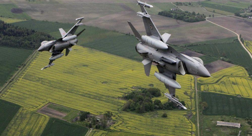 Italská stíhačka Eurofighter Typhoon a norská stíhačka F-16