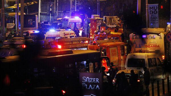 Спасатели и скорая помощь на месте теракта у футбольного стадиона в Стамбуле - Sputnik Česká republika