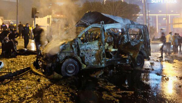 Shořelé auto po teroristickém útoku v Istanbulu - Sputnik Česká republika