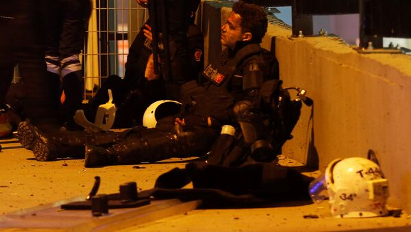 Пострадавший полицейский в результате теракта в Стамбуле - Sputnik Česká republika