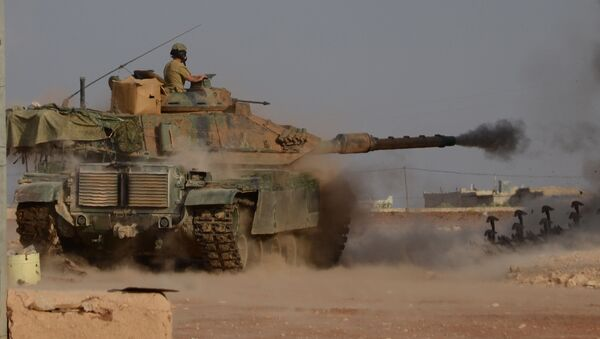 Turecká vojska za podpory tzv. Syrské svobodné armády pokračují v operaci Štít Eufratu na severu Sýrie - Sputnik Česká republika