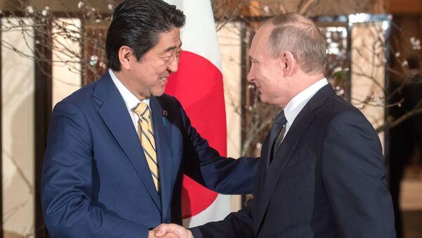Prezident Ruska Vladimir Putin a japonský premiér Šinzó Abe během schůzky v Nagato - Sputnik Česká republika