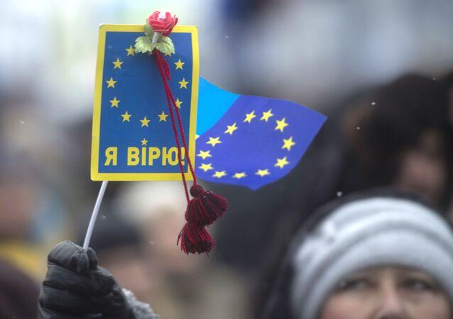 Stoupenec eurointegrace na Náměstí Nezávislosti v Kyjevě