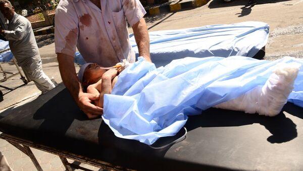 Dítě zraněné bombardováním při převozu do nemocnice, Aleppo. Ilustrační foto - Sputnik Česká republika