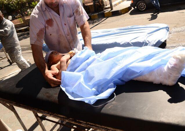 Dítě zraněné bombardováním při převozu do nemocnice, Aleppo. Ilustrační foto