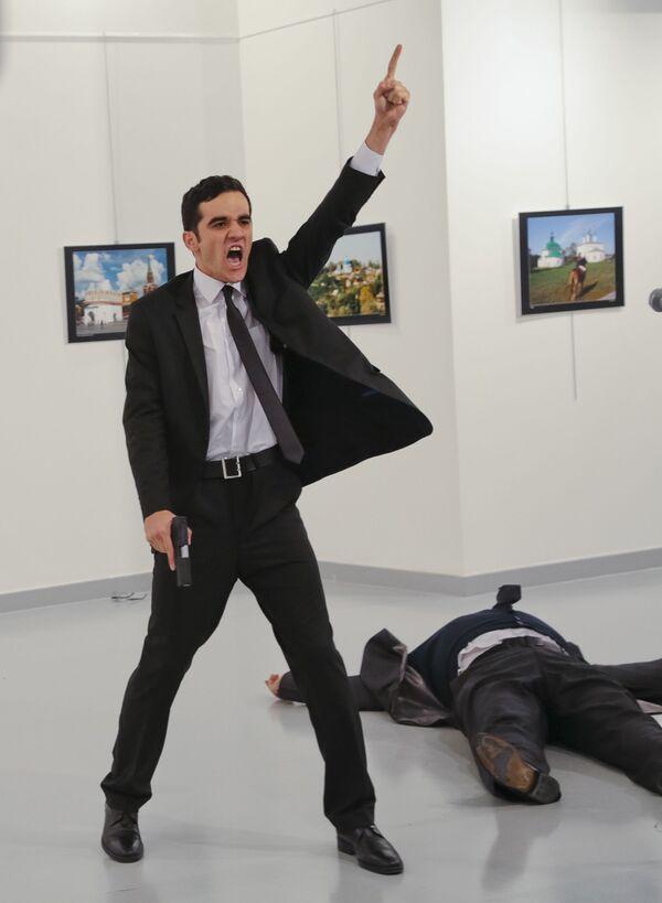 Вооруженный мужчина рядом с телом российского посла в Турции Андрея Карлова в галерее Анкары - Sputnik Česká republika