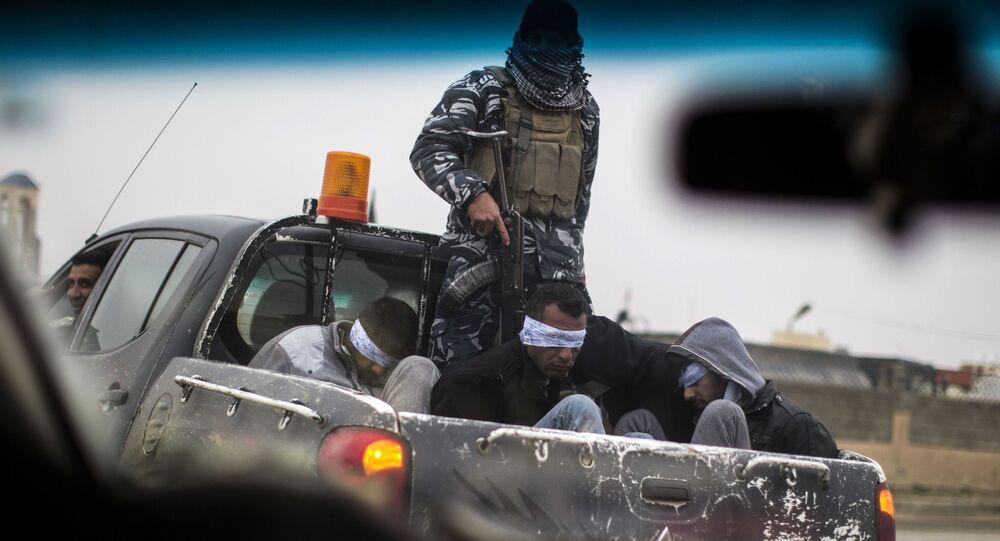Ozbrojenci IS, kteří byli zatčení v Mosulu