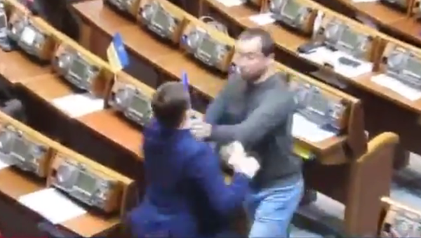Na posledním letošním zasedání ukrajinského parlamentu propukla rvačka - Sputnik Česká republika