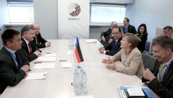 Ukrajinský prezident Petro Porošenko a kancléřka Spolkové republiky Německo Angela Merkelová na jednání v Rize - Sputnik Česká republika