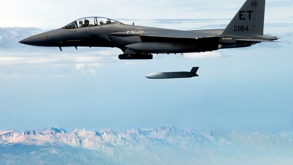 F-15E Strike Eagle shazuje střelu JASSM - Sputnik Česká republika