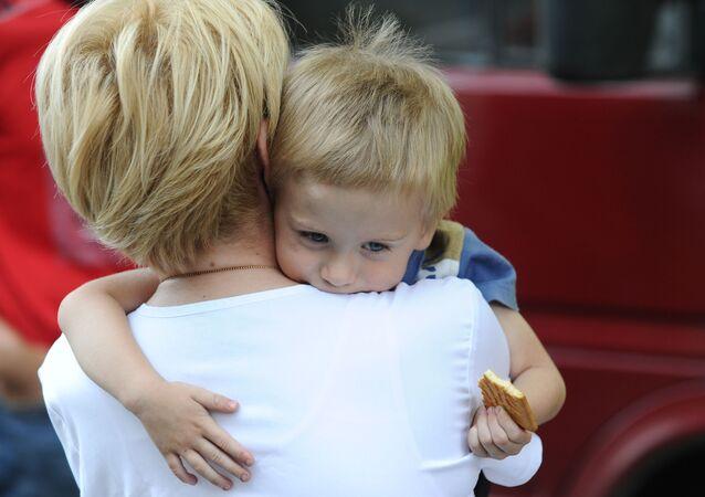 Předsedkyně fondu Spravedlivá pomoc Jelizaveta Glinka s dítětem z Donbasu potřebujícím léčení