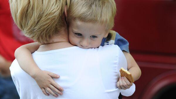 Předsedkyně fondu Spravedlivá pomoc Jelizaveta Glinka s dítětem z Donbasu potřebujícím léčení - Sputnik Česká republika