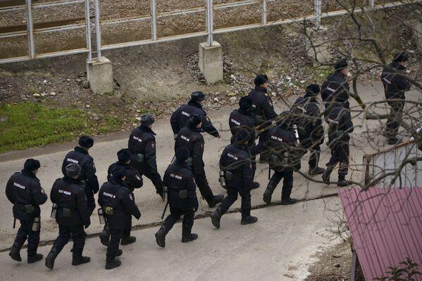Полиция у пирса в Сочи, где проводятся поисково-спасательный работы - Sputnik Česká republika