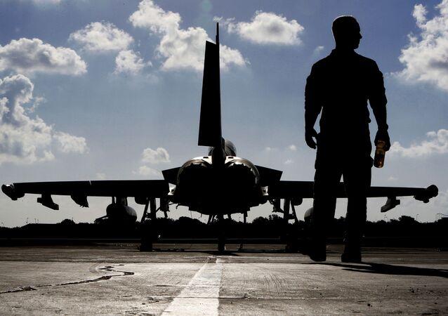 Britský voják vedle stíhačky Eurofighter Typhoon fighter