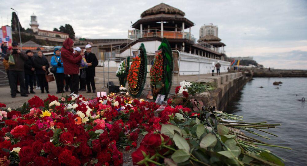 Lidé nosí květiny k úctění památky obětí Tu-154