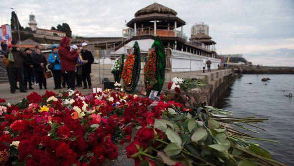 Lidé nosí květiny k úctění památky obětí Tu-154 - Sputnik Česká republika