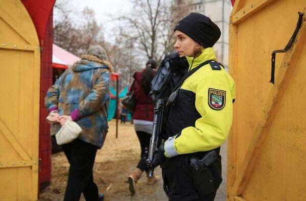 Betonové bloky a ozbrojená ochrana vánočních trhů v Evropě - Sputnik Česká republika