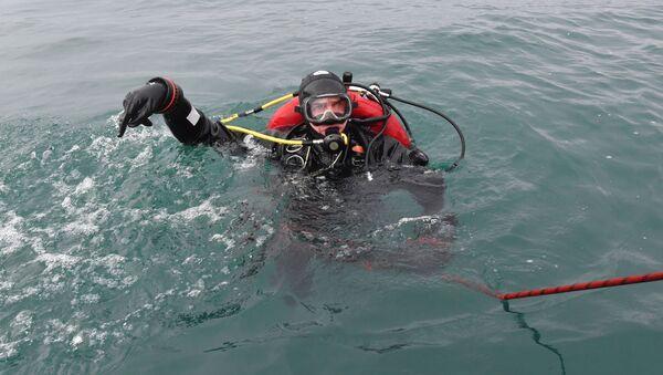 Водолаз МЧС во время поисково-спасательной операции на месте крушения самолета Ту-154 в Черном море у берегов Сочи - Sputnik Česká republika