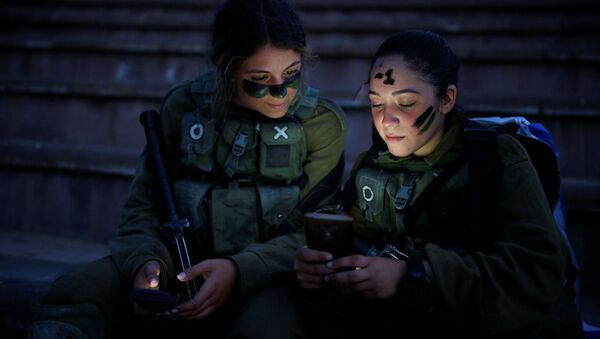 Izraelští vojáci odpočívají po výcviku v lese Ben Šemen poblíž města Modi'in-Makabim-Re'ut - Sputnik Česká republika