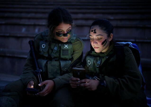 Izraelští vojáci odpočívají po výcviku v lese Ben Šemen poblíž města Modi'in-Makabim-Re'ut
