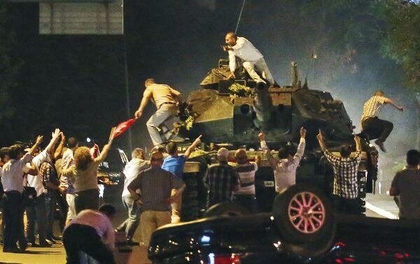 Tank během protestů v červnu v Turecku - Sputnik Česká republika