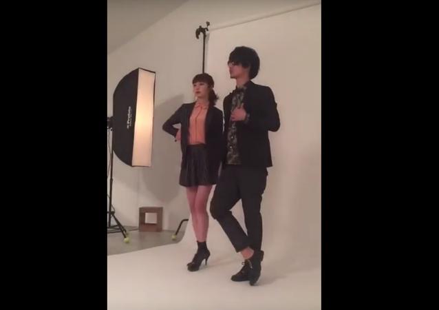 Japonskému manekýnovi spadly během natáčení kalhoty