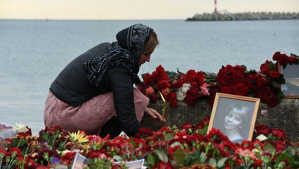 Květiny a svíce na památku obětí katastrofy Tu-154 - Sputnik Česká republika