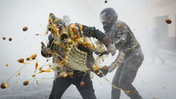 Bitva v centru španělského města Ibi během každoročního festivalu Els Enfarinats  - Sputnik Česká republika