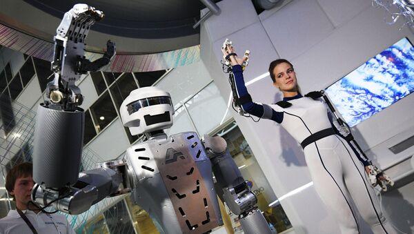 Robot Sar-401 na výstavě v rámci fóra Otevřené inovace 2016 - Sputnik Česká republika
