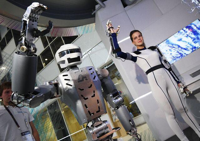 Robot Sar-401 na výstavě v rámci fóra Otevřené inovace 2016