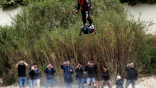 Jet ski champion Franky Zapata breaks the Guiness World Records of the farthest flight by hoverboard with the IPU Flyboard Air after covering a distance of 2,252 meters with an average speed of 50-60km/h in southern France - Sputnik Česká republika