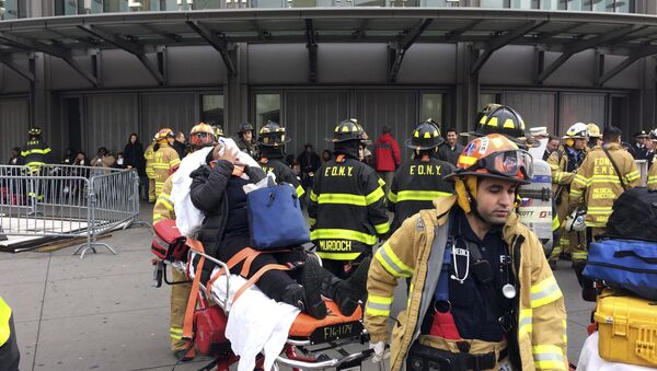 An injured passenger, after a Long Island Rail Road commuter train either hit something or derailed, is taken from the Atlantic Terminal, in the Brooklyn borough of New York, Wednesday, Jan. 4, 2017 - Sputnik Česká republika