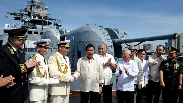 Philippine President Rodrigo Duterte (4th L) shakes hands with Russia's Rear Admiral Eduard Mikhailov at the anti-submarine navy ship Admiral Tributs at the south pier in Metro Manila, Philippines January 6, 2017 - Sputnik Česká republika