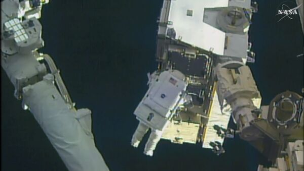 In this still image taken from video provided by NASA, astronaut Peggy Whitson takes a spacewalk outside the International Space Station on Friday, Jan. 6, 2016 - Sputnik Česká republika