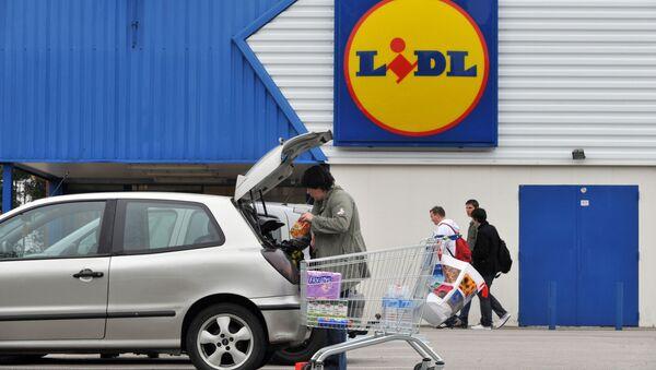 Покупатели около супермаркета Lidl во Франции - Sputnik Česká republika