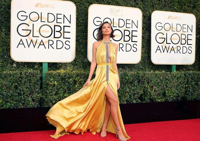 Herečka Emily Ratajkowski na udílení Zlatého glóbusu v roce 2017